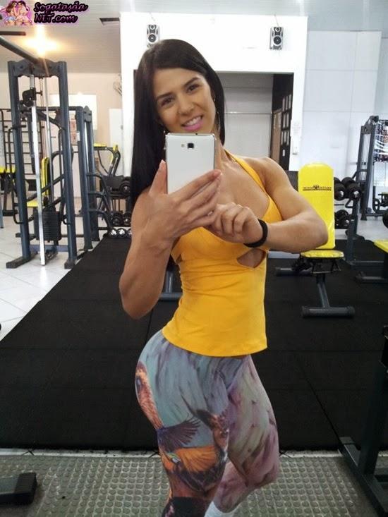 Eva Andressa - Foto na academia de calça de malhar