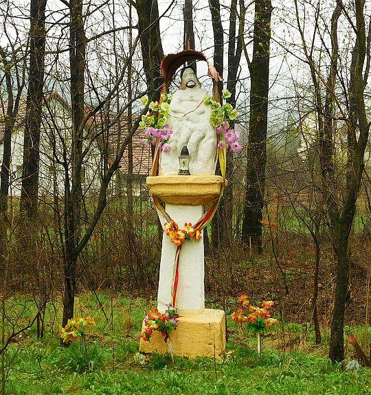 Kapliczka z figurą Chrystusa Króla we wsi Ponikiew.