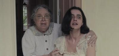 Candoca (Camila Amado) contém Justina (Julia Stockler) durante crise no folhetim global