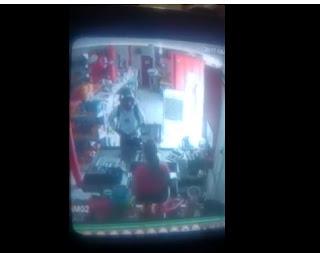 Veja momento em que homem armado rende funcionária e assalta 'mercadinho' no Sertão