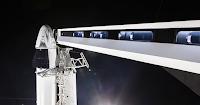 Ramię dostępu zainstalowane na stanowisku startowym LC-39A, poprzez które przyszli astronauci będą wchodzić na pokład Dragona 2. W tle Dragon 2 na szczycie Falcona 9R. Credit: SpaceX