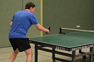 Pria sedang bermain tennis meja