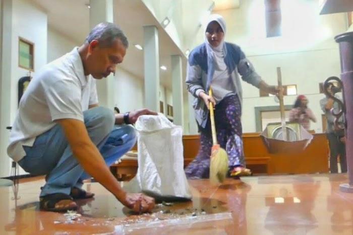 Netizen Terharu, Lihat Suami Istri Muslim Ini Bantu Membersihkan Gereja Santa Lidwina Paska Aksi Penyerangan Brutal Oleh Suliono