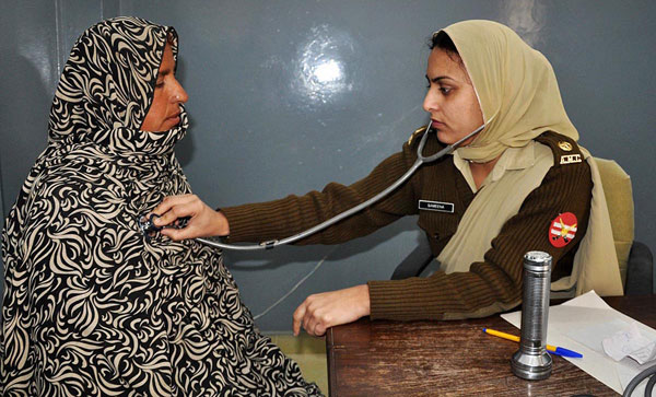 Pak Army Lady Pics: Pakistan Army Female Doctor Checking A Patient Photo