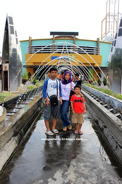 Berfoto di depan Taman Pintar Yogyakarta.