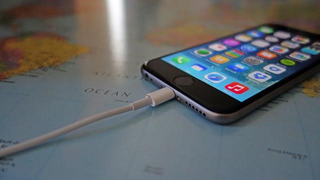 dampak-meninggalkan-charger-selalu-terpasang-kecolokan-listrik