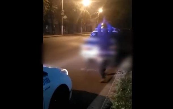 В Одесі п'яний водій розбив сокирою своє авто