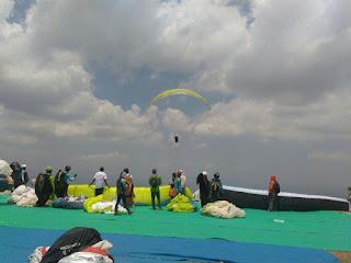 atlet sedang mempersiapkan parasut kejurnas paralayang wongiri exebition cup 2017 wisataarea.com