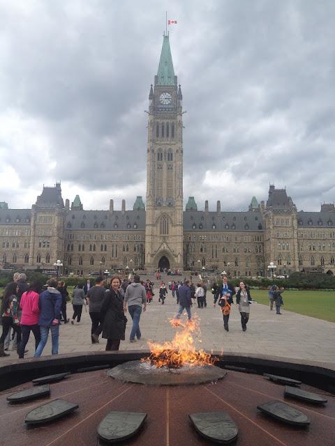 No exterior do Parlamento você vai encontrar a Centenial Flame (Flama Centenária), acessa em 1967 pelo primeiro ministro representando quando o Canadá se tornou legalmente um país, e que nunca se apagou desde então.