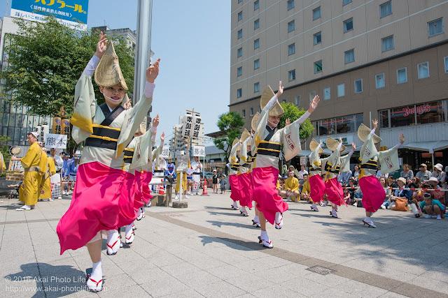 吹鼓連、高円寺駅北口広場での舞台踊り、女踊りの踊り手達の写真 3
