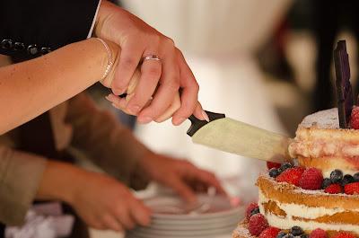 Novios cortanto la tarta nupcial