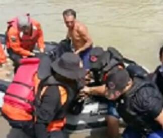 ,Tim Basarnas Pos Tanjungbalai – Asahan dan Tim BPBD saat melakukan evakuasi.