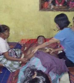 Jenazah korban yang tewas usai minum racun serangga saat di rumah duka.