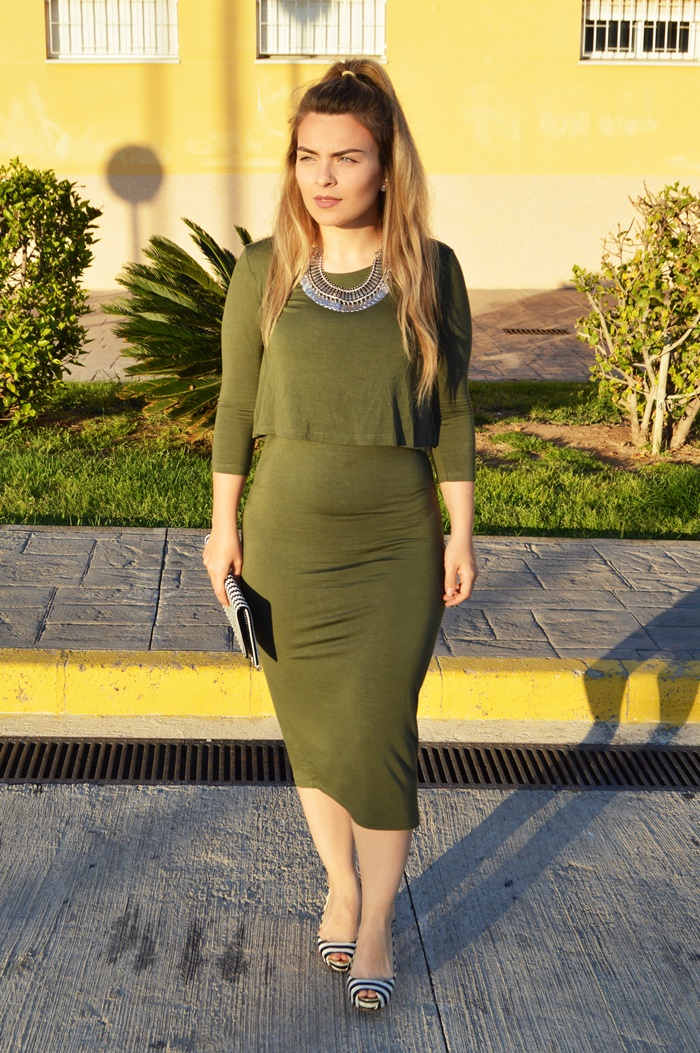 Combinar un vestido verde militar
