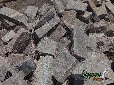 Granito de pedra folheta para construção de ponte de pedra no lago.