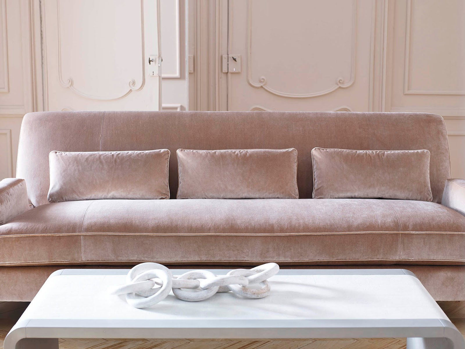 The style saloniste the power of elegance jean louis for Affordable furniture in baker