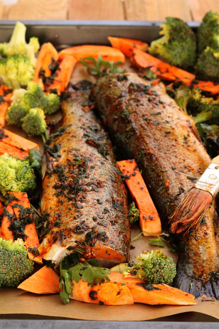 Pieczony pstrąg z batatem i brokułem
