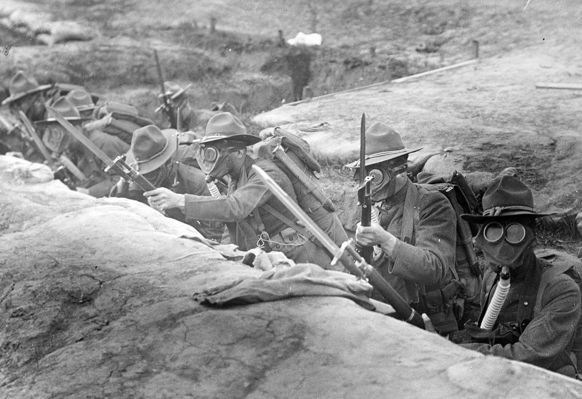 Soldados americanos perforando en casa. Leyenda original: Hombres en las trincheras con máscaras antigás listas para salir por encima. Cuartel de Presidio, San Francisco, California, en junio de 1918.