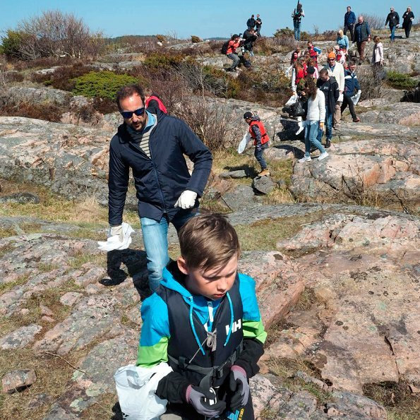 Crown Princess Mette-Marit and Prince Haakon visited Stangholmen together with 4th grade pupils of Risør Primary School in order to clean plastic wastes