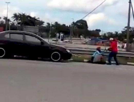 Polis Siasat Video Viral Suami Pukul Isteri Tepi Jalan