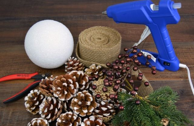Aprende c mo hacer adornos navide os con pi as - Como hacer un centro de mesa navideno con pinas ...