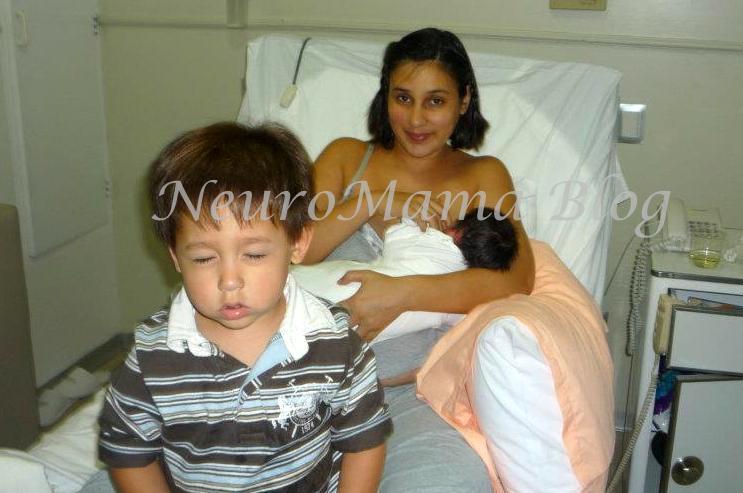 Hijo mayor llorando mientras mamá da de lactar a hermanita