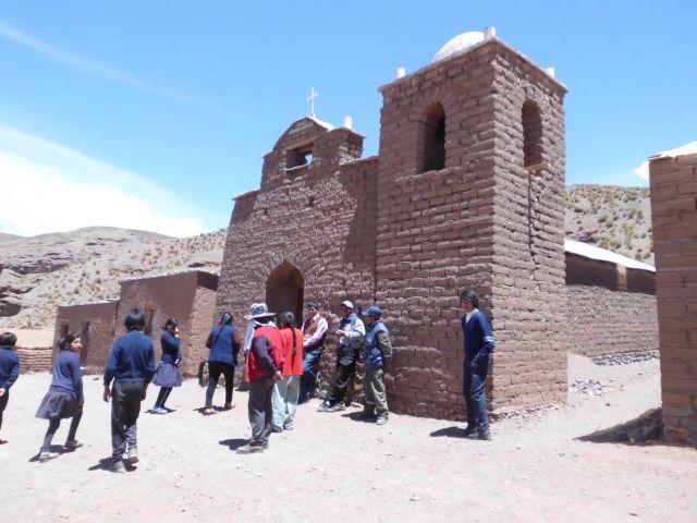 Der Katechet mit seinem Team hat vor einigen Monaten die Kapelle etwas renoviert und einen Kirchturm hochgezogen.