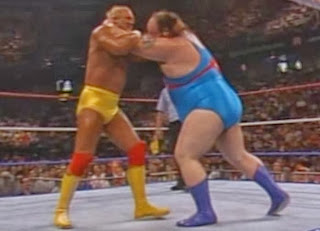 WWF / WWE - SUMMERSLAM 1990: Hulk Hogan locked up with Earthquake at the show