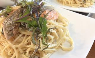 出張料理:サーモンのポワレと青菜のクリームパスタ