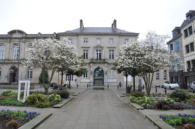 Praça com a estátua de René Laennec e a prefeitura (Hôtel de Ville) ao fundo - Quimper- Bretanha - França