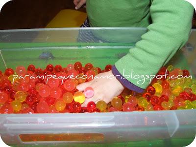Enseguida se me ocurrió que podíamos esconder entre las bolas a unas  pequeñas ranas que tenemos y buscarlas con las manos 9a47f56612c7