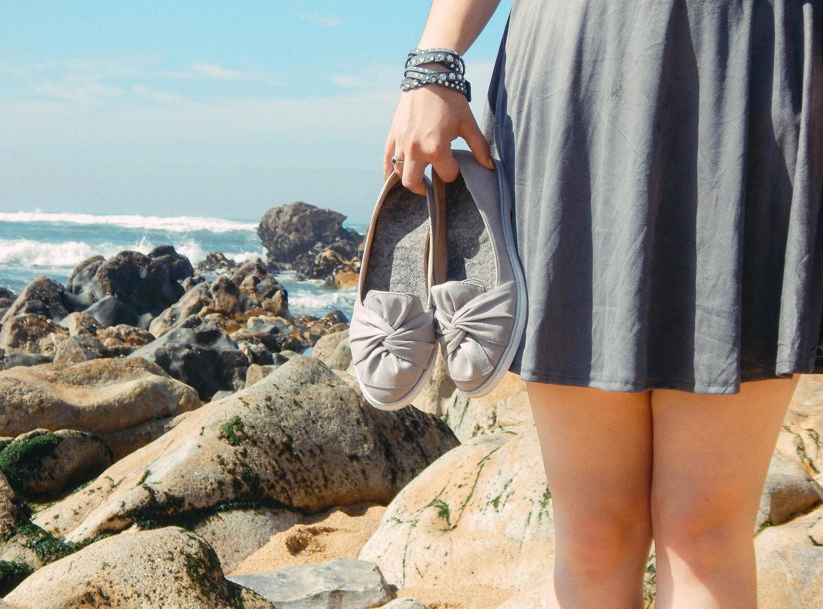 1 stylizacja porto portugalskie plaże co zobaczyć w portugalii szara sukienka sznurowana na plecach sukienka z zamszu szare sukienki sznurowania jaka sukienka dla blondynek mini szare espadryle biżuteria