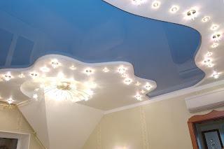 Монтаж натяжного потолка голубого и белого цвета в Армавире