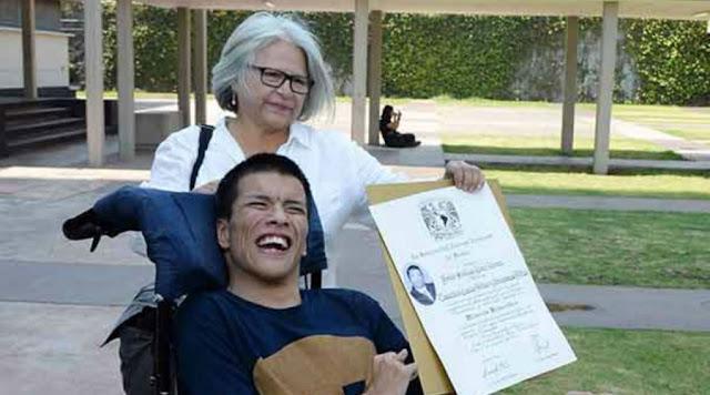 Joven con parálisis cerebral se titula con mención honorifica en la UNAM  pero  no es tan famoso, porque sus hermanos mexicanos casi no lo comparten