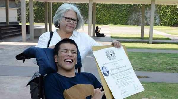 ¡HAGAMOS FAMOSO A Matías Alanís! Joven con parálisis cerebral se titula con mención honorifica en la UNAM