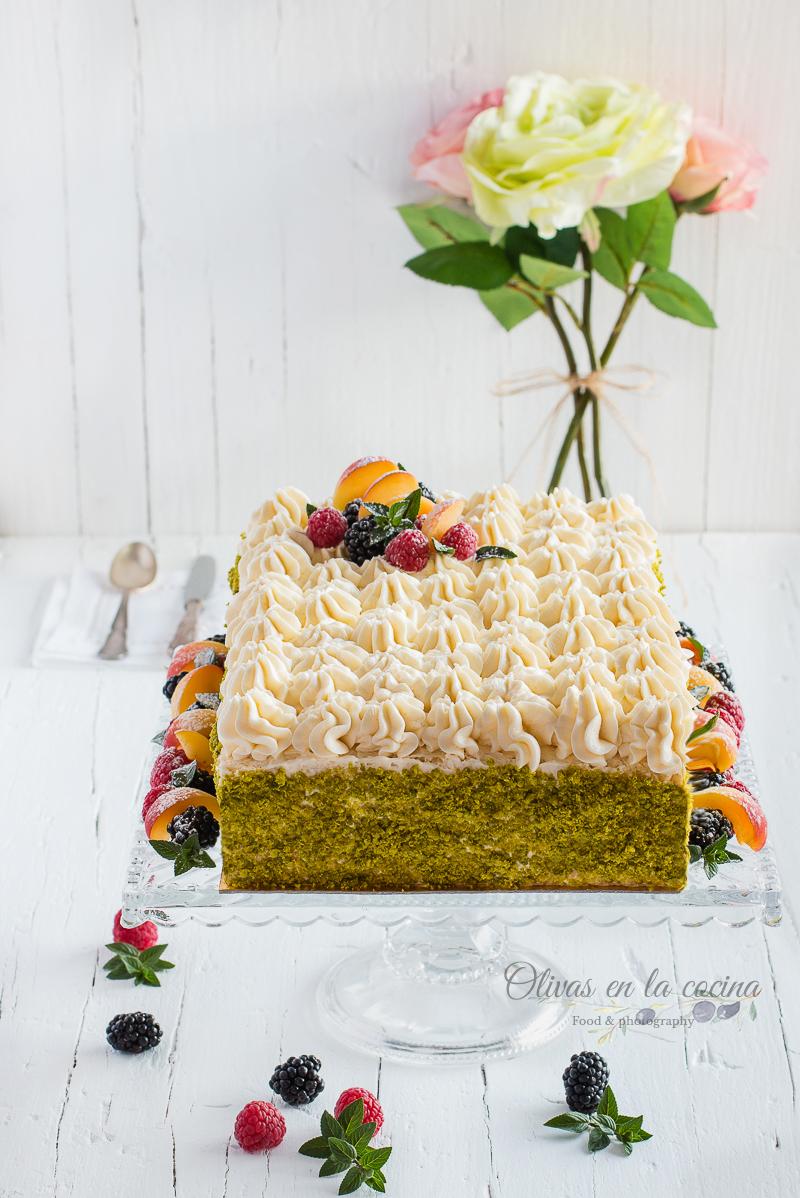 Tarta con crema de lima, crema de fresa y nata