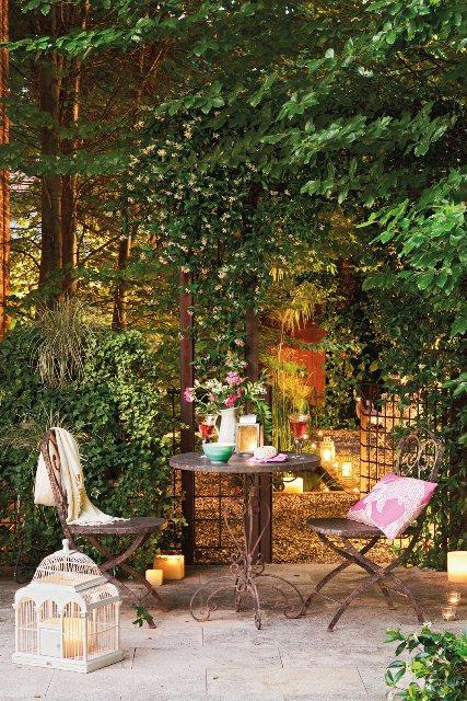 sillas hierro jardinbajo pergola natural