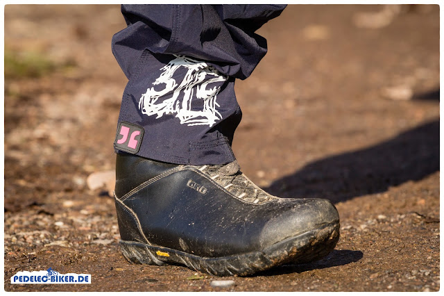 Der Übergang zu den eBike Schuhen kann über Klettverschlüsse angepasst werden.