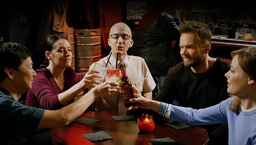 Ken Jeong, Paget Brewster, Jim Rash, Joel McHale y Gillian Jacobs en Community (NBC).