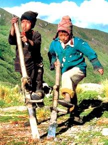 Foto de niños de la sierra trabajando bajo el sol