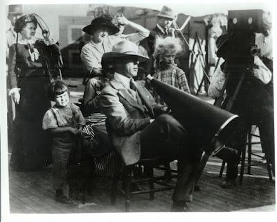 Ο σκηνοθέτης Ντέιβιντ Γκρίφιθ σε γύρισμα έργου / D.W. Griffith directing a film