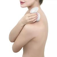 Massageador com dupla função, pode ser usado no corpo com a ponta redonda ou no couro cabeludo com as hastes de metal. Seu formato portátil, é ideal para ser levado para qualquer lugar