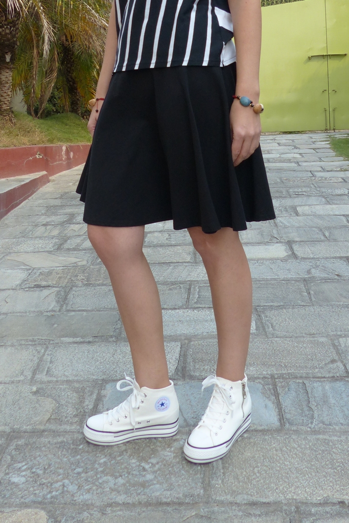 white converse shoes, black skirt, stone bracelets