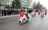 Motosikletlerinde Türk bayrağı olan polislerin kortej geçişi