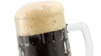 Γιατί η μαύρη μπύρα κάνει λευκό αφρό;