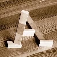 Takozlardan yapılmış A harfi