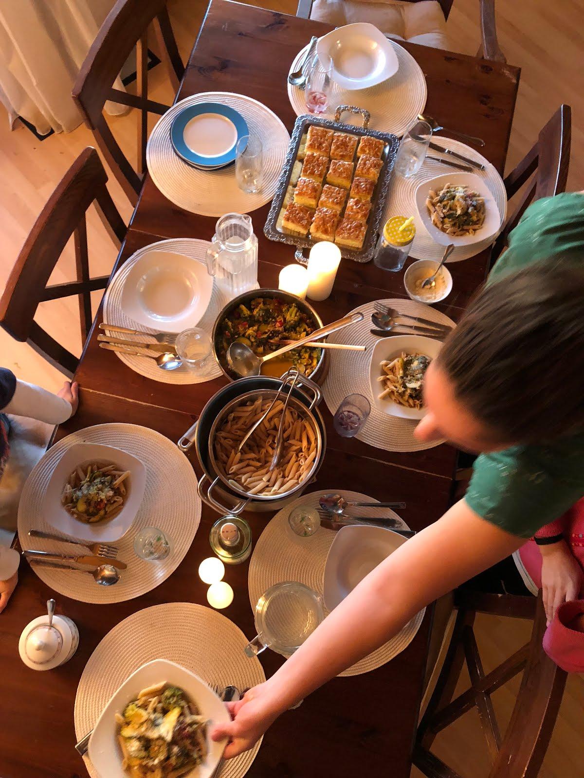 Unsere Tafel mit Nudelgericht und Kuchen