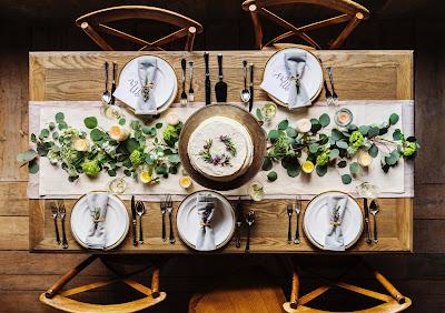 Mesa desnuda preparada para una boda