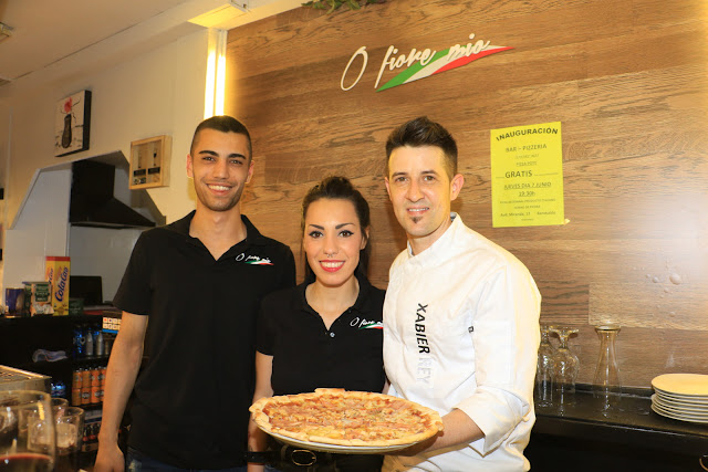 Xabier Rey y Maitane Arroyo junto a su empleado en su pizzería O Fiore Mio