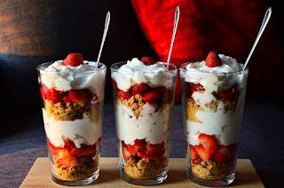Απολαυστικό επιδόρπιο με γιαούρτι φράουλες και μισκότο